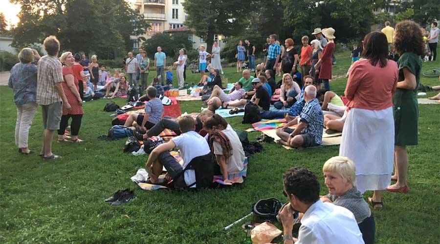 Salto Chorale bei einer öffentlichen Probe im Weinbergpark Berlin Mitte