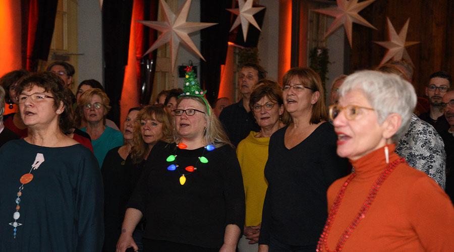 Weihnachtsspecial Weihnachtsliedersingen in der Alten Turnhalle mit Antje Laabs und Mitgliedern von Salto Chorale