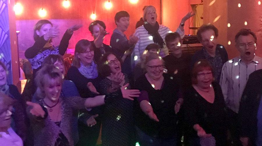 """Stimmungsvolle Atmosphäre In der Kneipe """"Zur Glühlampe"""" auf dem ehemaligen Gelände der Narva-Werke Berlin, denn wir feierten Ninas 50. Geburtstag"""